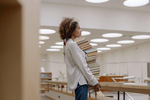 Foto Van Vrouw Met Stapel Boeken
