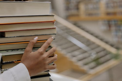 Photo De Personne Tenant Des Livres