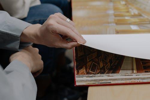 Person, Die Seiten Umblättert