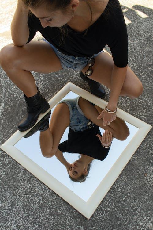Foto profissional grátis de espelho, fotografia de moda, manequim