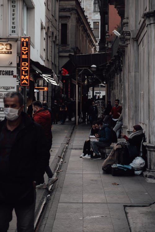 Gente Sentada En Un Banco Cerca Del Edificio