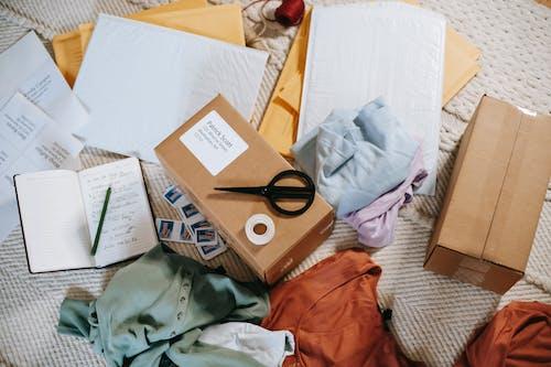 Gratis lagerfoto af beklædning, boks, bunke