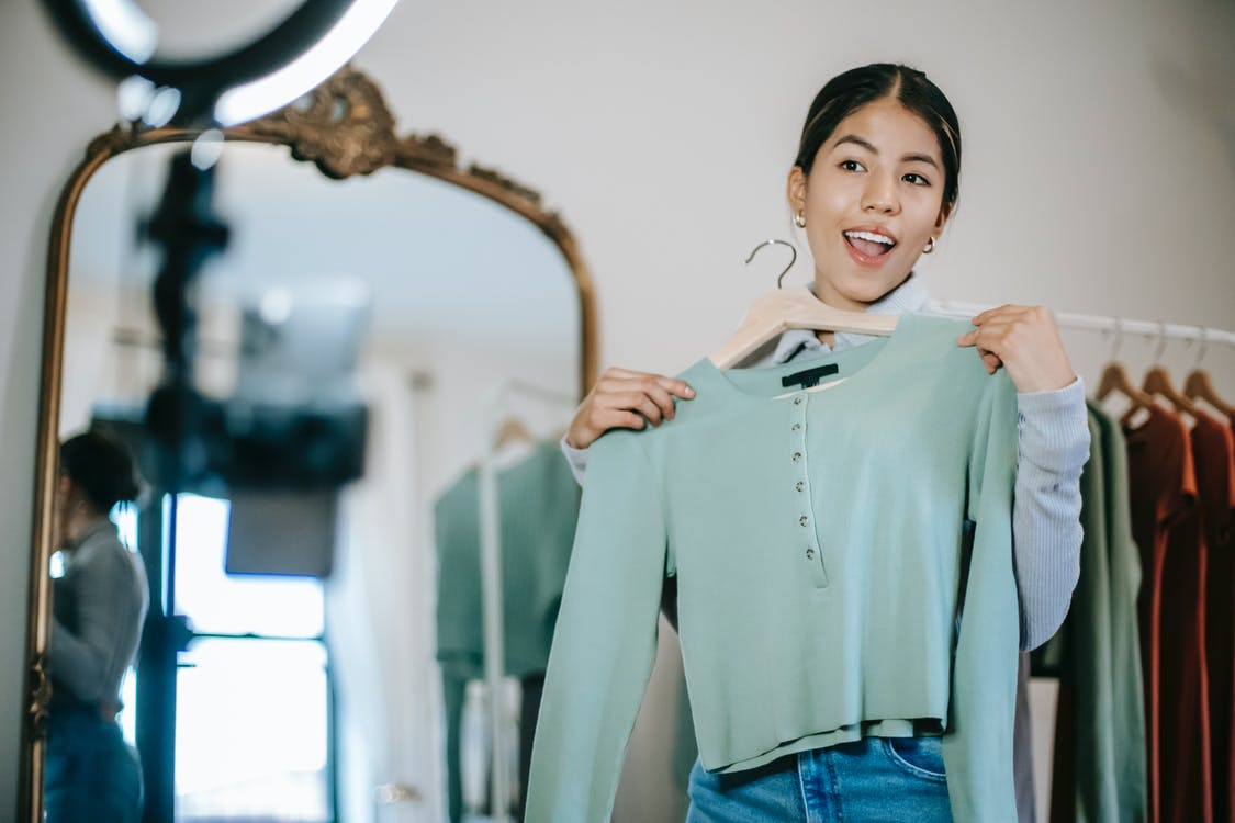 Wanita Dengan Kemeja Lengan Panjang Hijau Dan Jeans Denim Biru