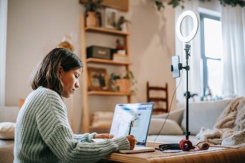 Mujer En Suéter Gris Con Macbook Air