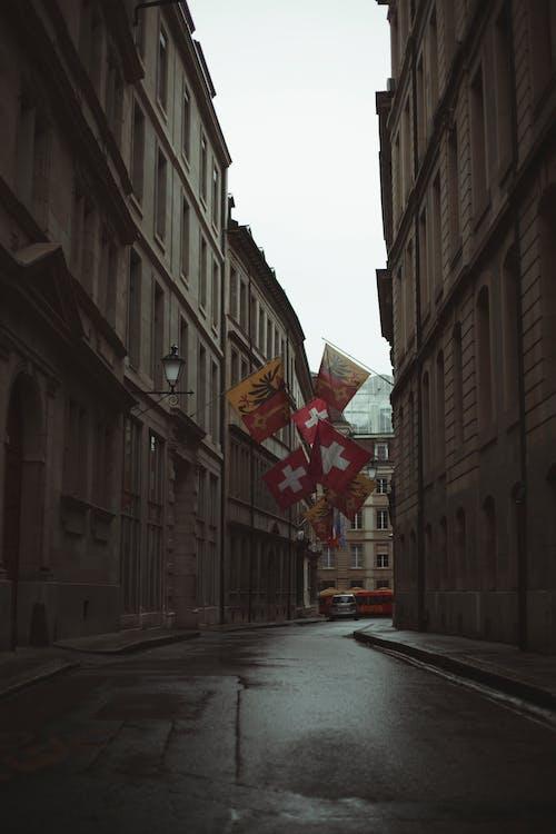 거리에 빨간색과 노란색 깃발
