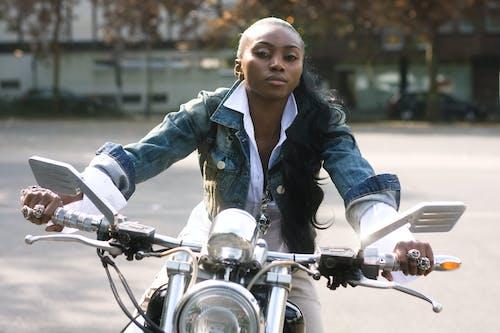 アフリカ系アメリカ人女性, バイカー, バイク, ポーズの無料の写真素材