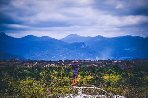 adam, ağaçlar, bulutlar, dağ içeren Ücretsiz stok fotoğraf