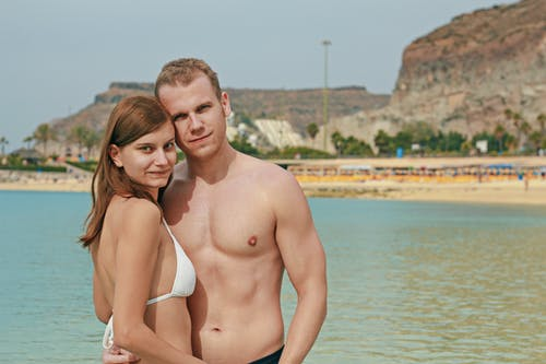 Бесплатное стоковое фото с бикини, лето, любовь, пара