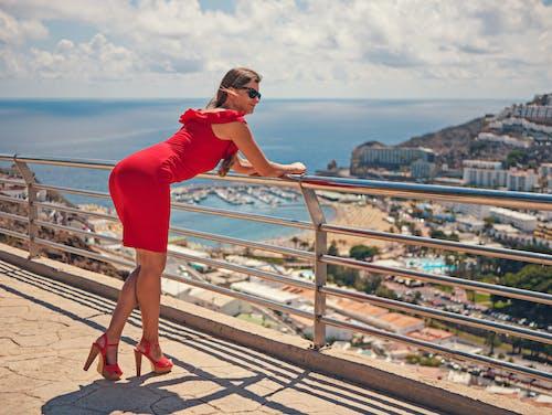 Бесплатное стоковое фото с высокие каблуки, женщина, лето, океан