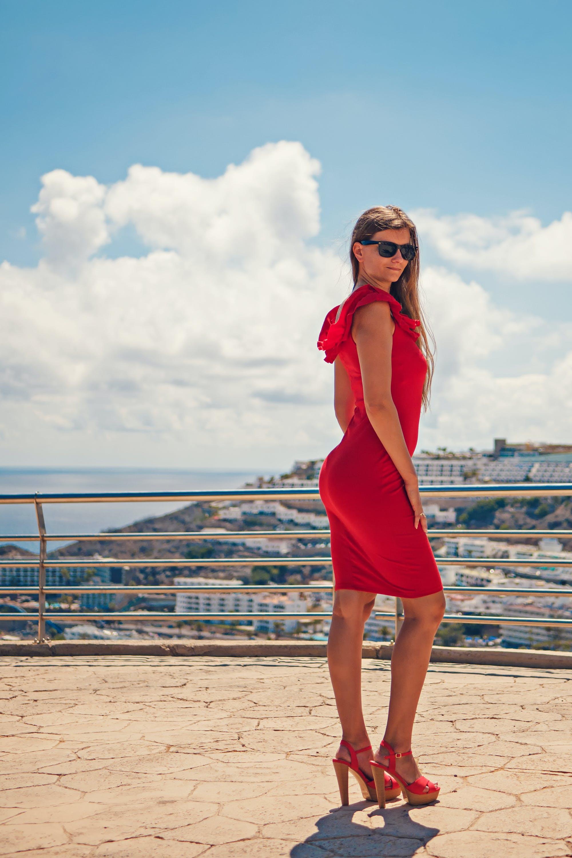 긴 머리, 드레스, 빨간 드레스, 선글라스의 무료 스톡 사진