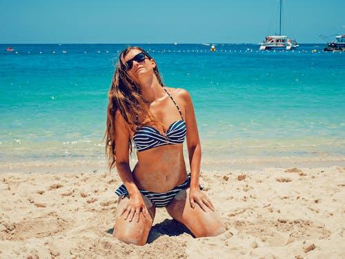 Бесплатное стоковое фото с берег, бикини, вода, девочка