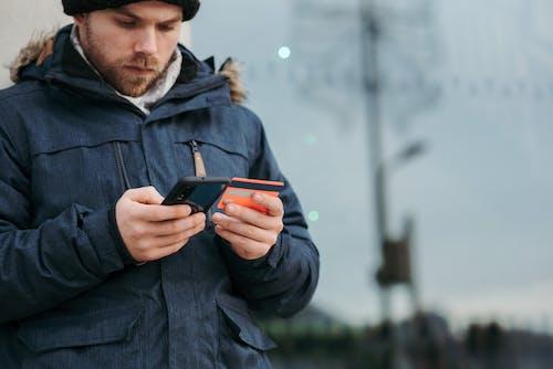Man In Zwarte Jas Met Zwarte Smartphone