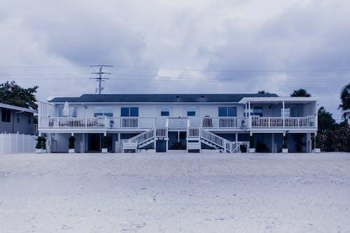 Biały I Niebieski Dom Drewniany