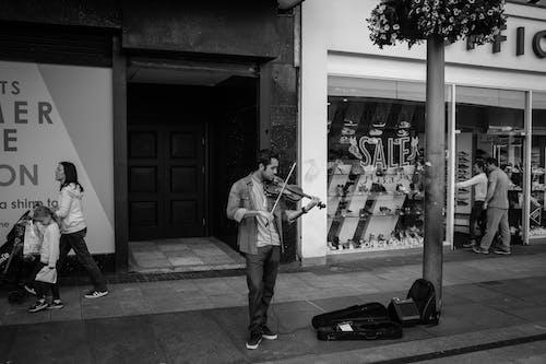 Immagine gratuita di artista di strada, bianco e nero, colpo pieno