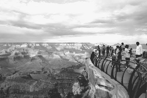 Darmowe zdjęcie z galerii z czarno-biały, kanion, ludzie
