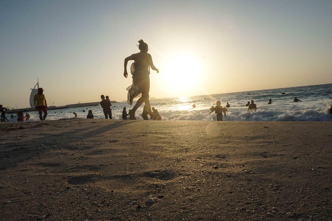 الناس على الشاطئ