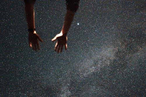 Foto profissional grátis de adulto, água, astronomia
