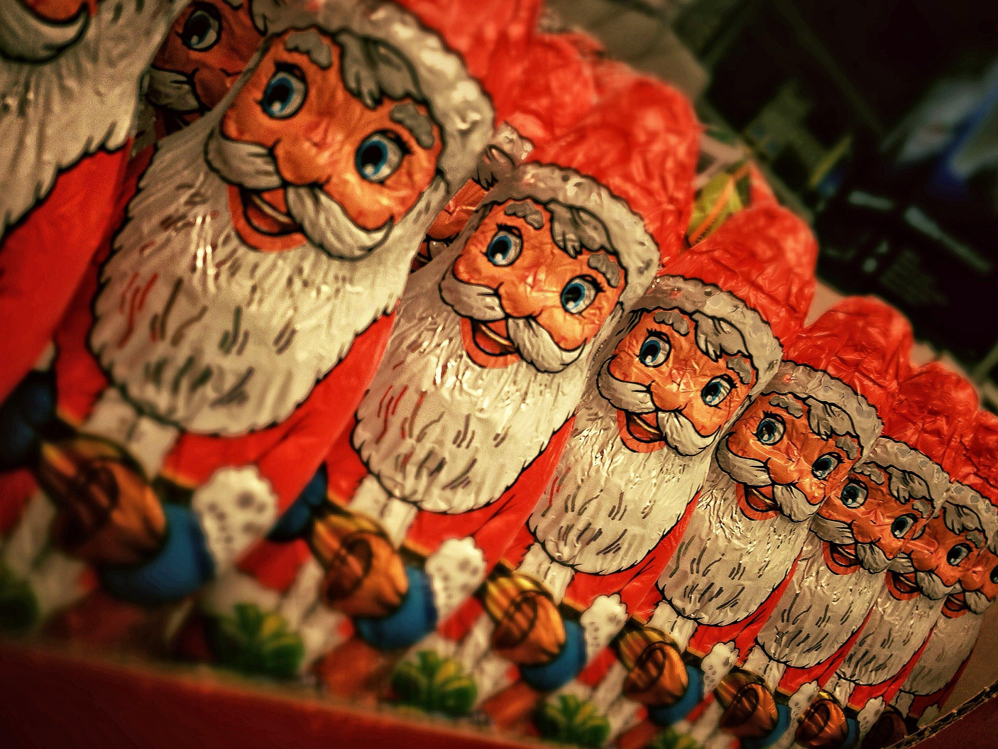 Gratis arkivbilde med juledekorasjon, julenisse, sjokolade figur, sjokoladepakke