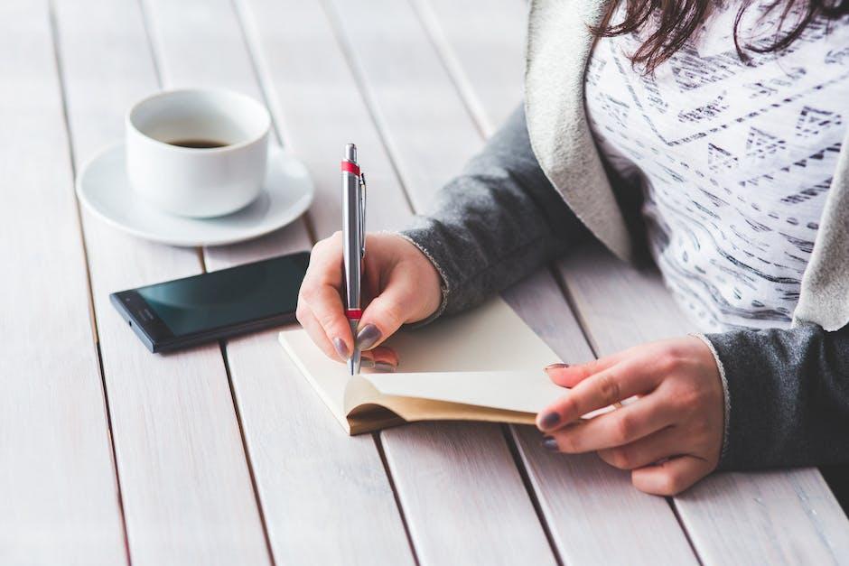 Chica escribiendo en un cuaderno