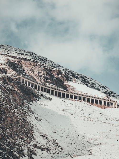 Gunung Coklat Dan Putih Di Bawah Awan Putih