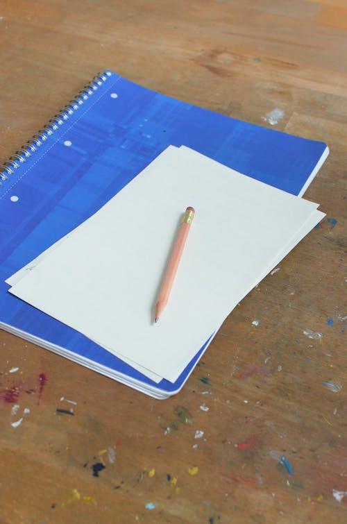 ホワイトペーパー上の白いペン