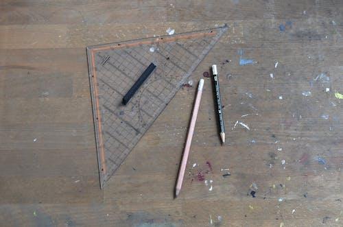Коричневая деревянная линейка на коричневом деревянном столе