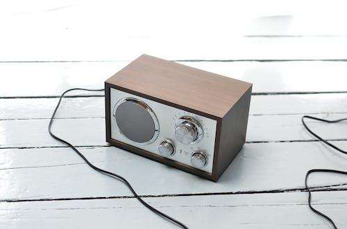 Brązowe I Czarne Radio Na Białym Stole