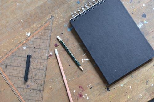 Синяя и белая ручка на синем текстиле