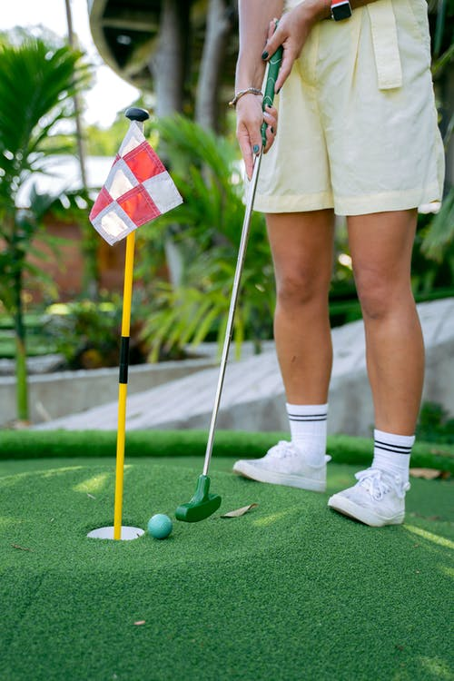 Vrouw In Witte Rok En Witte Schoenen Met Golfclub