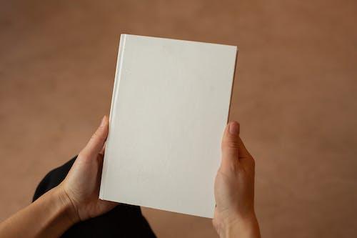 Persona In Possesso Di Carta Bianca Per Stampante