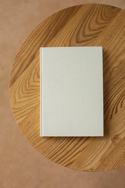 Wit Printerpapier Op Bruin Houten Tafel