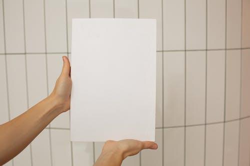 Person, Die Weißes Druckerpapier Hält
