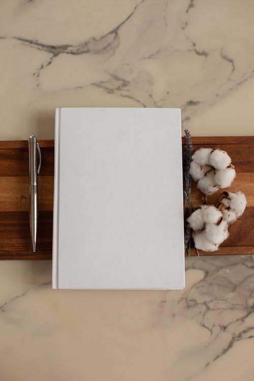 Livre Blanc Sur Table En Bois Brun