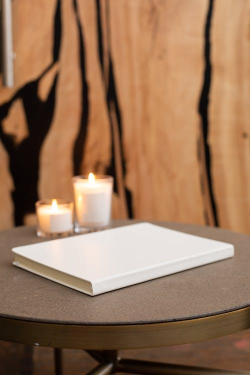 Gratis lagerfoto af bog, bord, brænde