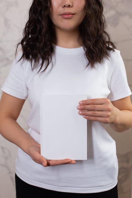 Kaos Wanita Berleher Kru Putih Memegang Kertas Printer Putih