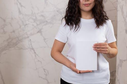 Kaos Wanita Berleher Kru Putih Memegang Kertas Putih