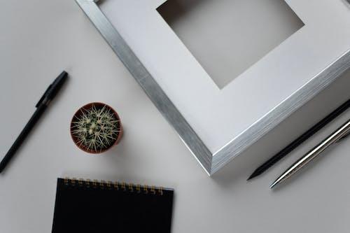 Черная ручка на белом деревянном столе
