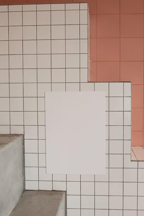 白色和紅色的牆磚
