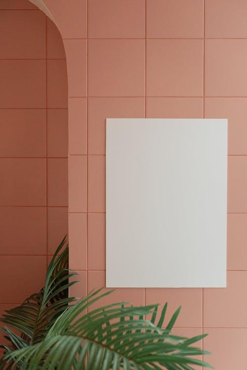 Kertas Putih Di Ubin Dinding Coklat