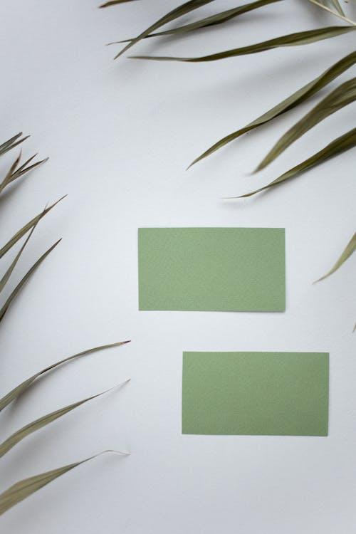 白い表面に緑色の付箋