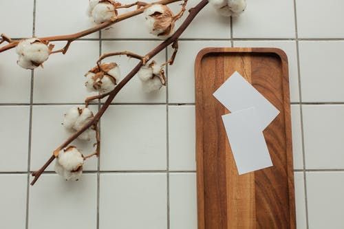 白色和棕色木板與白皮書