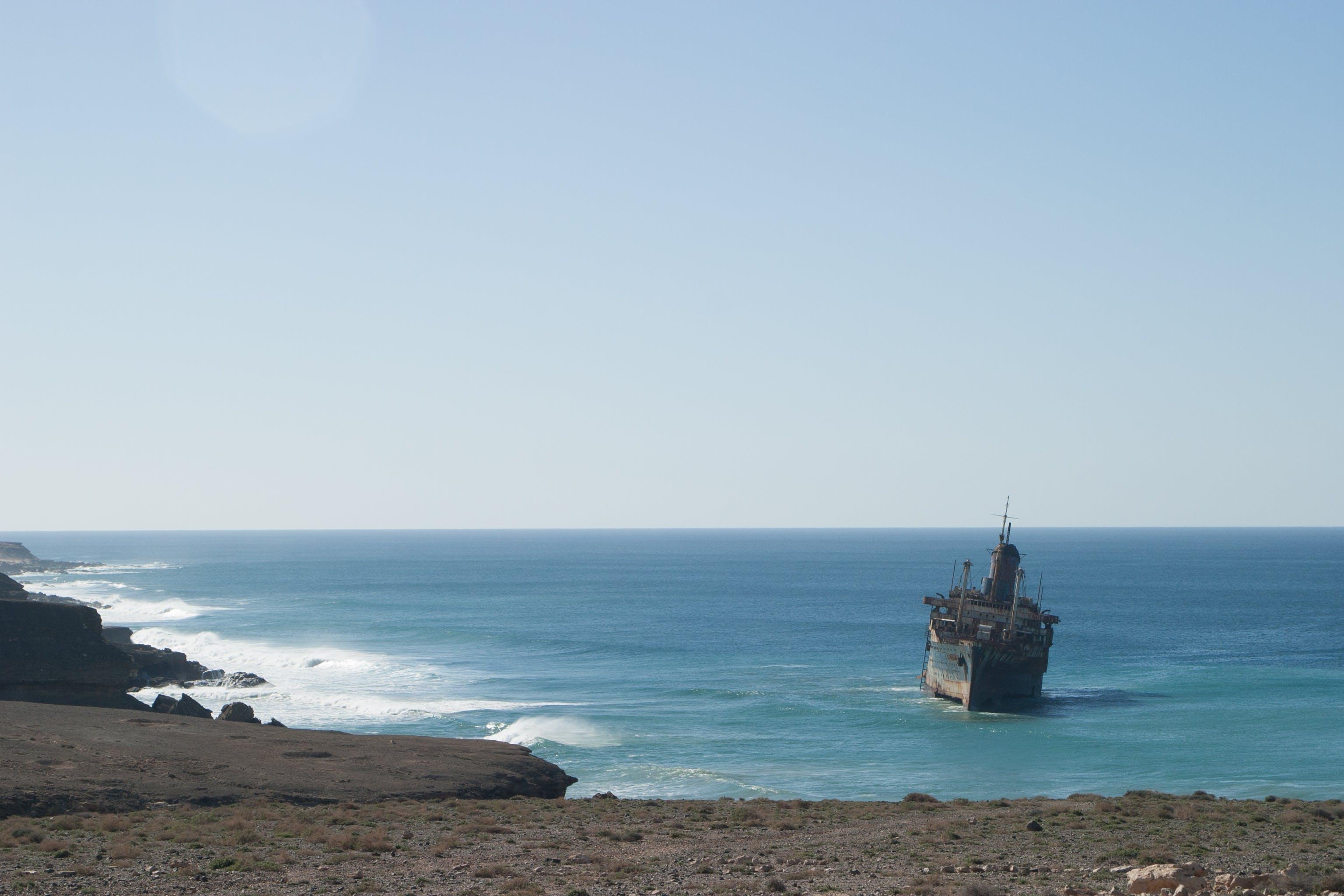 Бесплатное стоковое фото с вода, водный транспорт, волны, горизонт