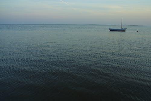 Fotobanka sbezplatnými fotkami na tému krajina pri mori, loď, more, obloha