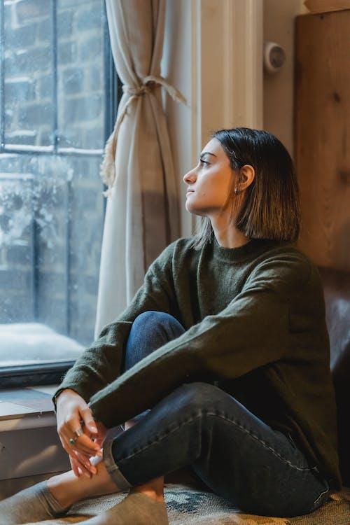 Frau Im Grauen Pullover Sitzt Auf Stuhl