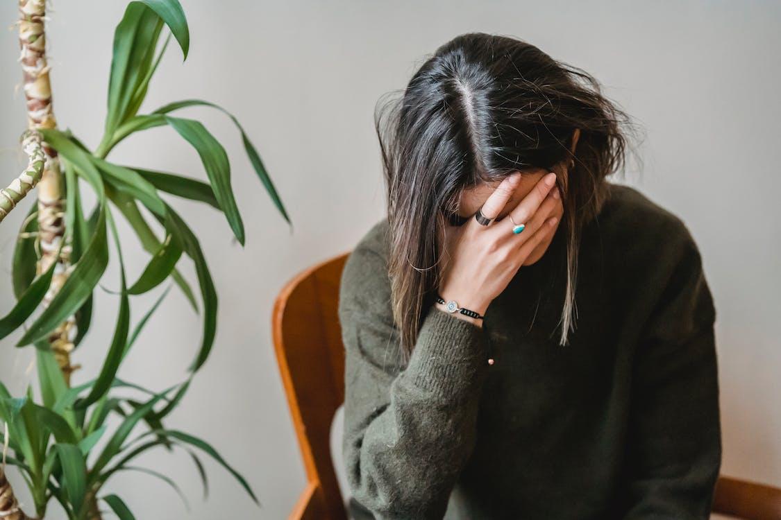 Wanita Dengan Sweater Abu Abu Menutupi Wajah Dengan Rambut