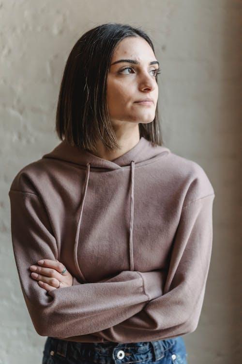 Женщина в серой рубашке с длинным рукавом