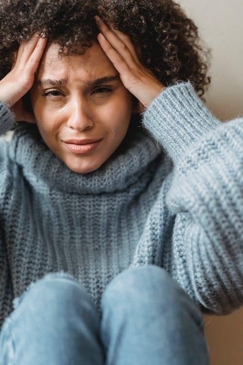 灰色のタートルネックセーターの女性