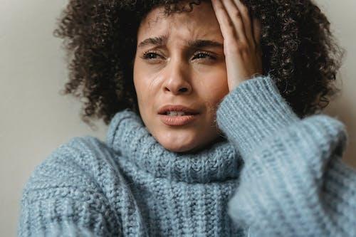 회색 니트 스웨터 웃는 여자
