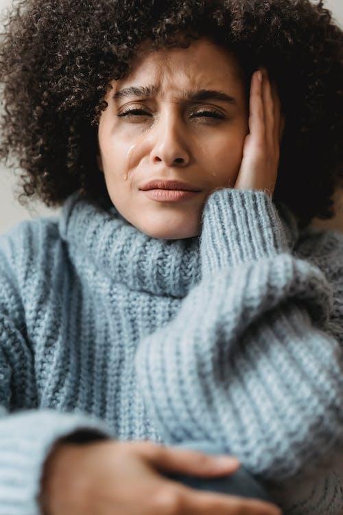 Mujer En Suéter De Punto Gris Sonriendo