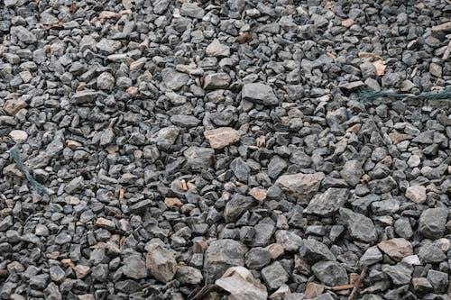 Фрагменты серого и коричневого камня